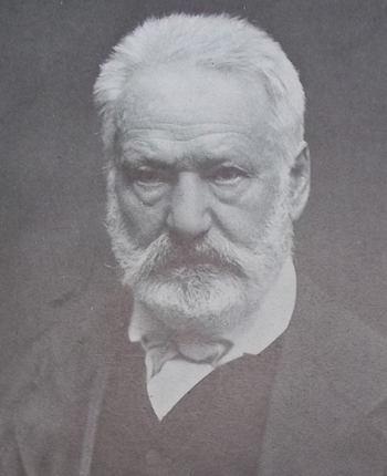 Portrait photographique de Victor Hugo, en 1873, face à l'objectif, la barbe et la moustaches taillées, le visage sévère.
