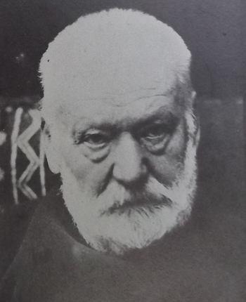 Portrait photographique de Victor Hugo, en 1881, face à l'objectif, le visage sévère, les yeux, fatigués, tournés sur le côté.