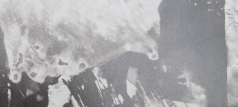 Ce détail d'un dessin de Victor Hugo représente un corps allongé devant une stèle ou un corps posé sur une table, devant une fenêtre ouverte sur la nuit (du 4).