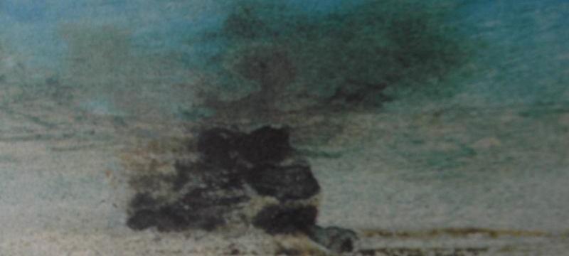 Forme d'une île ou d'un rocher sous un voile diaphane sur un fond bleu et dont le regard semble filtrer vers l'infini.