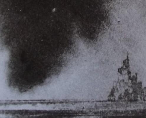 Ce détail d'un dessin de Victor Hugo représente un château sur un promontoire face à la mer près duquel se rapproche un nuage menaçant.