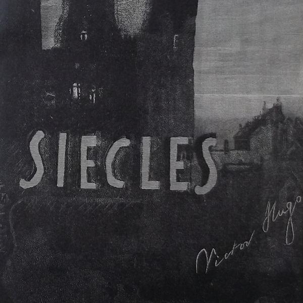 Gravure en noir et blanc qui représente la couverture du manuscrit de La Légende des siècles en gros-plan. On ne voit plus que SIECLES et la signature de Victor Hugo sur le côté à droite.