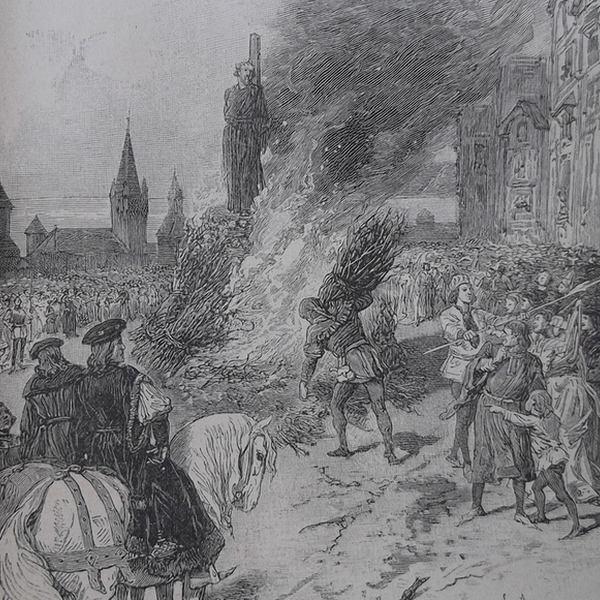 Gravure en noir et blanc qui représente un condamné supplicié par le feu sur la place de grève sous les regards des juges et de la foule tandis que le bourreau apporte des fagots pour alimenter le bûcher.