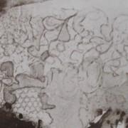 Ce détail d'un dessin de Victor Hugo représente des entrelacs de constellations dans le ciel, en écho à la plume de Satan retenue au bord du gouffre. Intitulé Victor Hugo. Plume et lavis d'encre brune.