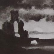 Ce détail d'un dessin de Victor Hugo représente une ruine et un petit pont en bord de mer (ou d'un grand fleuve puisqu'on voit l'autre rive) et, sur l'horizon, le disque solaire en partie masqué.