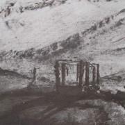 Ce détail d'un dessin de Victor Hugo représente un gibet, auquel sont accrochés des pendus, et une croix, sur une colline, sous un ciel de traîne.