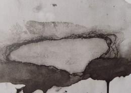 Ce détail d'un dessin de Victor Hugo est un tableau abstrait. Sur un horizon mouvementé, pleurent vers le bas des taches noires, tandis que s'en échappe un nuage blanc surmonté d'un ciel aqueux. Dans le coin supérieur droit, on aperçoit un coin de disque solaire.