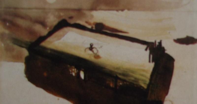 Ce détail d'un dessin de Victor Hugo représente un baigneur (vu par des fenêtres ouvertes) dans une piscine flottant au-dessus de l'horizon sur lequel scintille une lune (ou un soleil).