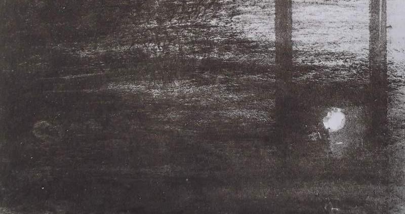Ce détail d'un dessin de Victor Hugo représente la guillotine, l'échafaud, qui se dresse dans la brume. On devine le trou dans lequel était enfilée la tête du condamné. Devant, on aperçoit des pavés.