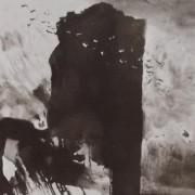 Ce détail d'un dessin de Victor Hugo représente une immense stèle sombre, surmontant une colline, devant laquelle passe un vol d'oiseaux.