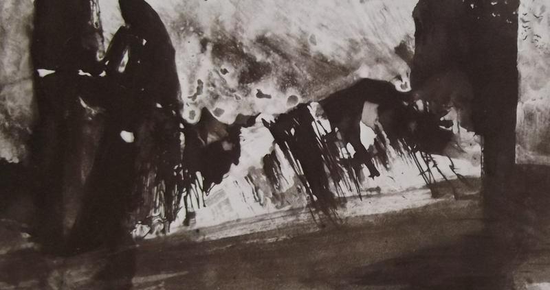Ce détail d'un dessin de Victor Hugo représente de grandes formes sombres au-dessus d'une sorte de gisant recouvert de neige et de sang. Au loin passe un vol d'oiseaux.