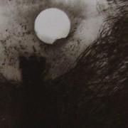 Ce détail d'un dessin de Victor Hugo représente un ange noir qui apparaît, ailes déployées, sous la lune blanche, éclatante, lumineuse.
