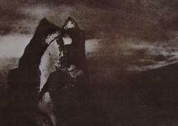 """En contrepoint au poème, une ombre flamboyante dans la nuit se dresse, comme au somment d'une montagne, tel l'œil de Sauron dans """"Le Seigneur des anneaux""""."""
