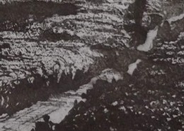 Ce détail d'un dessin de Victor Hugo représente un cours d'eau qui traverse la feuille en diagonale ascendante. L'une des berges est sombre, à gauche, l'autre est blanche, comme enneigée. Un pont (une planche ?) relie les deux berges.
