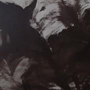 Ce détail d'un dessin de Victor Hugo représente un mur (d'une prison ?), dans lequel apparaît un soupirail, sur la gauche ; à droite, deux yeux semblent lui faire face.