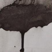 Ce détail d'un dessin de Victor Hugo représente une tache qui coule, sanglante, vers le bas, comme un cœur qui saignerait de douleur.