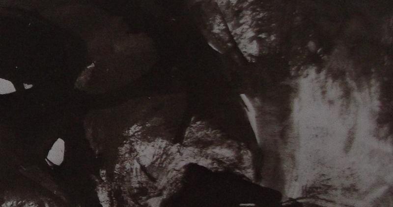 Ce détail d'un dessin de Victor Hugo représente l'océan au pied d'une falaise. On aperçoit une gerbe d'écume sur la droite.