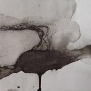 Ce détail d'un dessin abstrait de Victor Hugo représente une larme de sang qui coule vers le bas, échappée d'un œil à la paupière baissée.