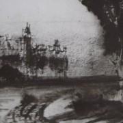 Ce détail d'un dessin de Victor Hugo représente un tournant de route, qui contourne un arbre ; sur la gauche, on aperçoit la silhouette d'un château.