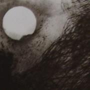 Ce détail d'un dessin de Victor Hugo représente l'élévation de la lune au-dessus d'une tour au bas d'une montagne.