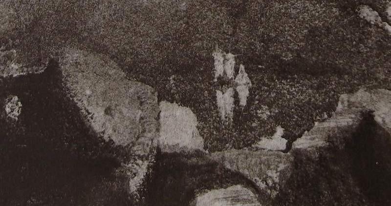 Ce détail d'un dessin de Victor Hugo représente l'arche d'un pont avec les silhouettes d'un château sur une île et d'un voilier.
