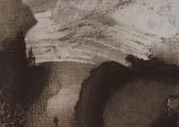 Ce détail d'un dessin de Victor Hugo représente un fleuve coulant entre deux falaises. On aperçoit un château au loin sur la gauche, et un navire sur ce fleuve.