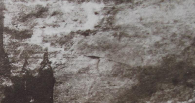 """Ce détail d'un dessin de Victor Hugo représente un grand angle d'ombre d'où émerge la silhouette d'un château, devant le """"visage irrité"""" de l'infini."""