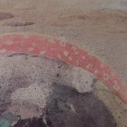 """Ce détail d'un dessin de Victor Hugo représente le sommet d'un champignon, ou une arche rouge semée de points blancs, en accord avec le """"mystérieux jour"""" de la nature."""