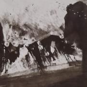 Ce détail d'un dessin de Victor Hugo représente, sur la droite, une stèle sombre devant laquelle passe un vol d'oiseaux, et sur la gauche une forme sombre et arrondie.