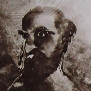 Ce détail d'un dessin de Victor Hugo représente un homme barbu et chauve, au regard fixe, auréolé de lumière et tourné vers l'ombre.