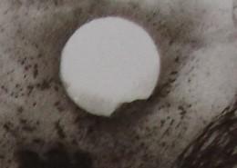 """Ce détail d'un dessin de Victor Hugo représente la lune """"dans le ciel"""" vue de la terre. En bas, à droite, on aperçoit sa surface, parsemée de cratères. En bas à gauche, les créneaux d'une tour ?"""
