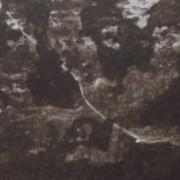 """Ce détail d'un dessin de Victor Hugo représente une étrange silhouette, belette ailée ?, qui se profile devant les ombres des """"ruines d'une abbaye""""."""