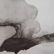 """Ce détail d'un dessin de Victor Hugo est abstrait. Une ligne pâteuse et oblique part du coin inférieur gauche jusqu'au tiers (bas) de la bordure de droite. Elle semble émerger d'une grosse tâche (une """"auréole ?"""" dont le centre serait sur la bordure gauche, au tiers en partant du bas."""