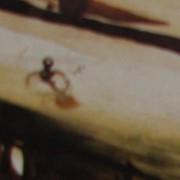 Ce détail d'un dessin de Victor Hugo représente, nimbé de brume, une silhouette (homme, enfant ou araignée ?) nageant dans un flux de lumière dorée, entre deux bords sombres.