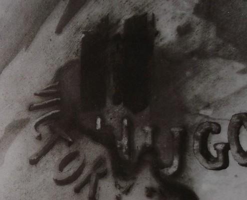 """Ce détail d'un dessin de Victor Hugo représente son nom, """"VICTOR HUGO"""" dessiné sur une ombre réalisée au pochoir."""