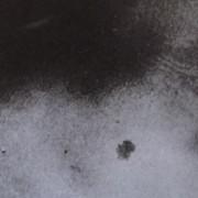 Ce détail d'un dessin de Victor Hugo représente le choc de deux ombres menaçantes, l'une plus noire que l'autre, au-dessus d'une petite tache sombre.