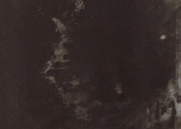 """Ce détail d'un dessin de Victor Hugo représente un sommet escalier grimpant dans l'obscurité. Dans le coin droit du bas, on distingue la signature """"Hugo""""."""